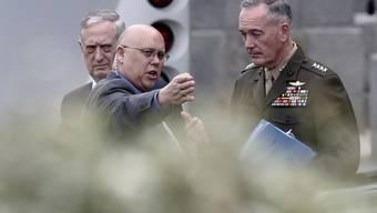 US-Streitkräfte-Chef Joe Dunford (rechts) und Verteidigungsminister James Mattis wird nach dem Briefing zur Lage in Nordkorea der Weg gewiesen.