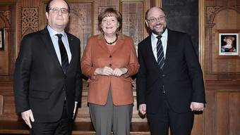 Nach ihrem Gespräch unter vier Augen trafen Hollande und Merkel EU-Parlamentspräsident Schulz zu einem gemeinsamen Abendessen in der Altstadt von Strassburg.