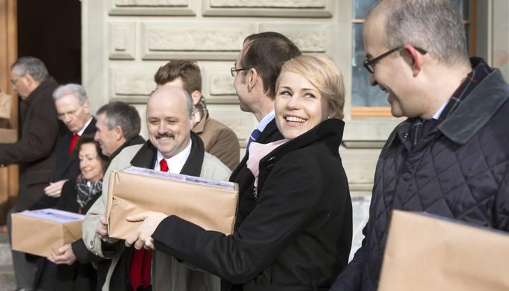 Die Zürcher SVP-Nationalräte Gregor Rutz (rechts) und Natalie Rickli reichen die Unterschriften für das Referendum «Nein zur Billag Mediensteuer» bei der Bundeskanzlei ei.