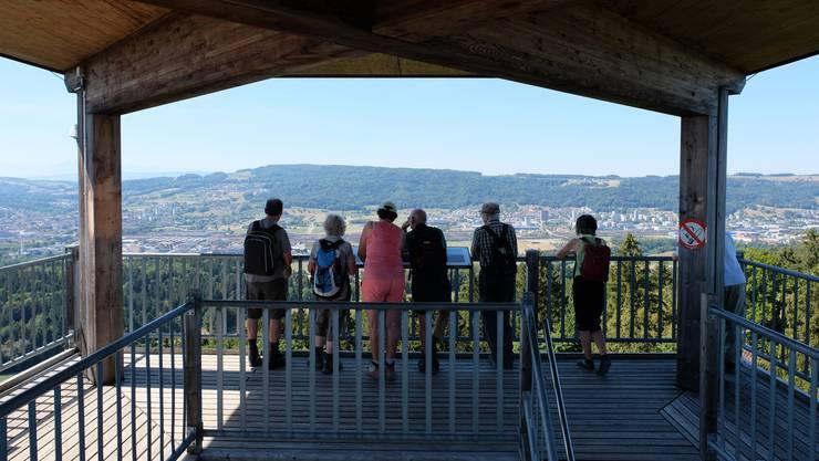 Leserwandern 2018: Königsetappe Limmattal vom Bahnhof Killwangen-Spreitenbach über den Altberg und das Kloster Fahr bis zum Bahnhof Dietikon -- die Leserinnen und Leser geniessen die Aussicht vom Aussichtsturm Altberg.