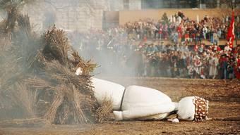 Keinen guten Tag hatte der Böögg am 19. April 1993. Er stürzte samt Scheiterhaufen. Schliesslich musste sein Kopf von Hand ins Feuer geworfen werden.