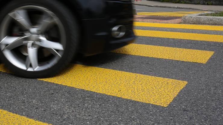 Ohne sich um den Vorfall zu kümmern, entfernte sich der Autolenker von der Unfallstelle auf der Hauptgasse in Härkingen. (Symbolbild)