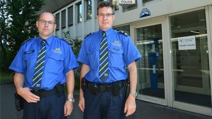 Rolf Thommen (links), Chef der Basler Verkehrspolizei, und Wachtmeister Franco Castronari, stellvertretender Leiter der Verkehrsprävention, raten vom Velofahren mit Alkohol ab.
