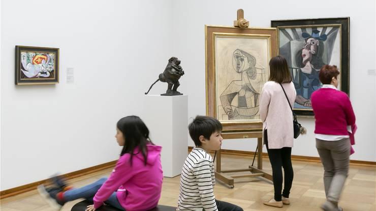 Picassos Bleistiftzeichnung «Femme dans un Fauteuil» aus dem Jahr 1953 korrenspondiert wunderbar mit dem rund zehn Jahre früher entstandenen Gemälde «Femme au chapeau assise dans un fauteuil» aus der Sammlung.
