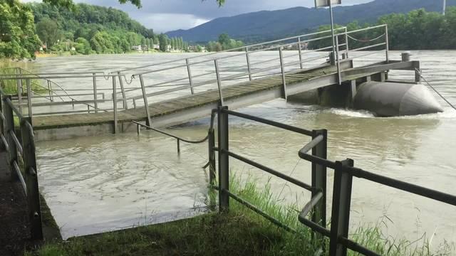 Aufbau der mobilen Hochwasserschutzsperren am Rhein in Wallbach