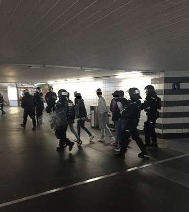 Einige Fans werden von der Polizei abgeführt, um kontrolliert zu werden.