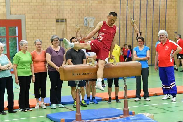 Däniken: Donghua Li, Weltmeister und Olympiasieger, zeigte sein Können auf dem Pauschenpferd.