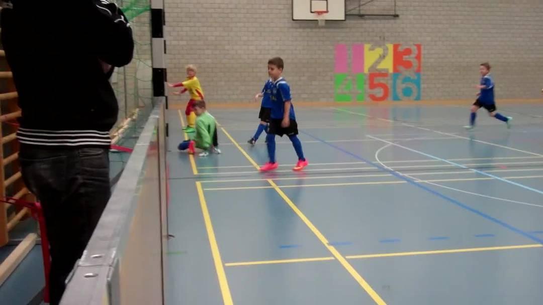 Am Hallenfussball-Turnier in Weiningen traten 32 Junioren-Teams an. Hier der FC Affoltern gegen den FC Oetwil-Geroldswil
