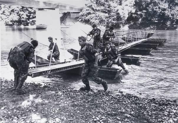 Ein Steg 58 (Ponton-Brücke) wird von den Soldaten errichtet.