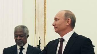 Annan (l) und Putin im Kreml