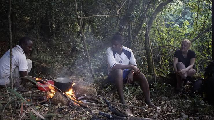 Das Essen wird über loderndem Feuer zubereitet.