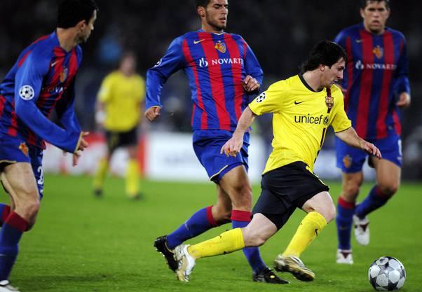 Lionel Messi beschäftigt bei seinem Gastspiel im Joggeli gleich mehrere Basler und ist am Ende trotzdem mit Barcelona 5:0 siegreich.