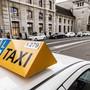 In den Taxikolonnen in Basel bewegt sich momentan nur selten etwas.