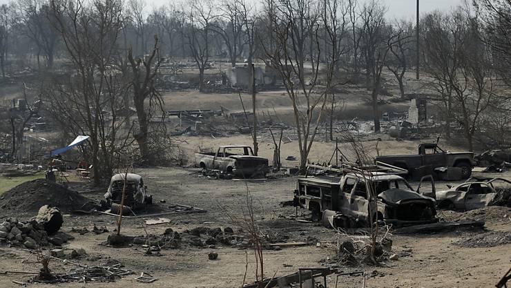 Bild der Zerstörung: In Kalifornien kämpfen Sicherheitskräfte auch am Sonntag (Ortszeit) gegen zahlreiche Waldbrände.
