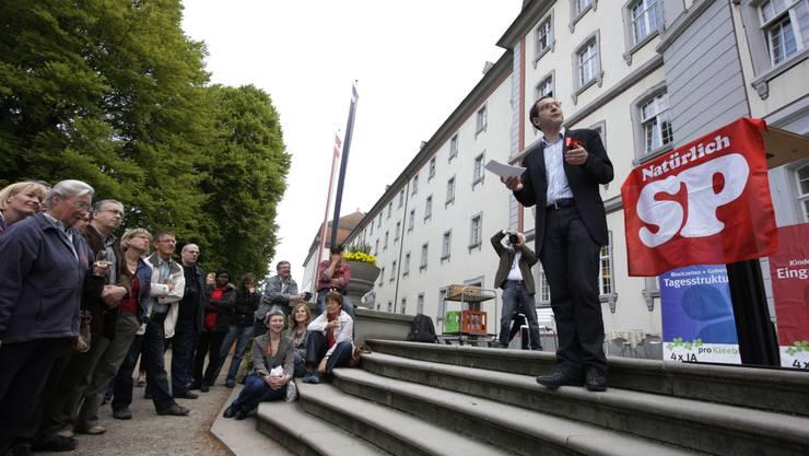 Prächtiges Ambiente: Urs Hofmann in Muri während seiner 1.-Mai-Rede.