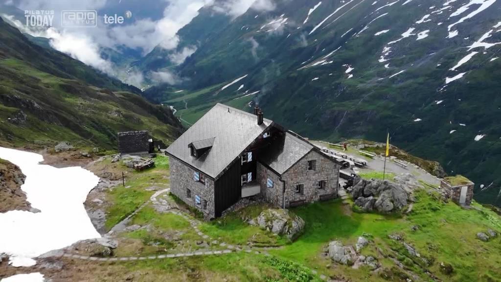 Hüttenwartspaar geniesst die frühmorgendliche Ruhe in der Sustlihütte