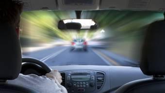 Ein Autofahrer riskiert viel, als er vor der Polizei flüchtet. (Symbolbild)