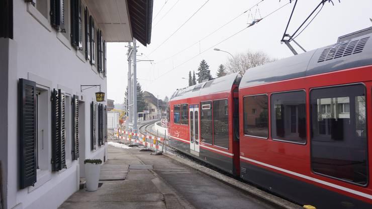 Das Bipperlisi hat soeben den Fahrleitungstrennschalter passiert. Im Hintergrund die Station Flumenthal.