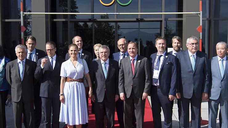 IOC-Präsident Thomas Bach posiert in Lausanne mit Angehörigen der schwedischen Delegation