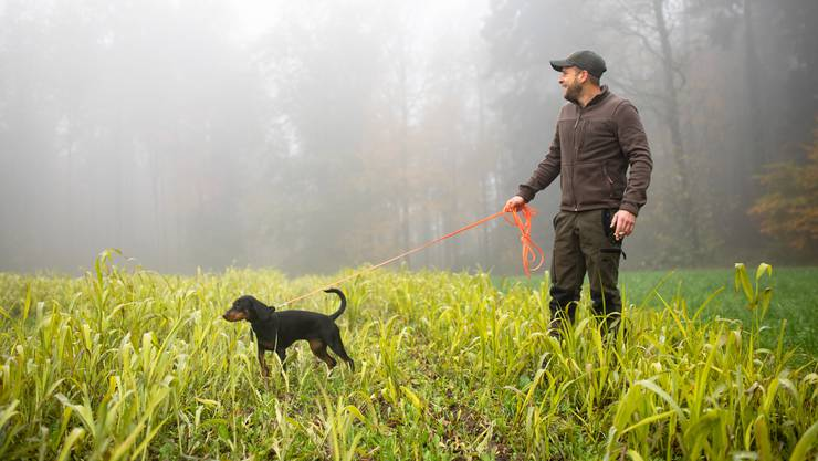 Warten, pirschen, Natur geniessen: Auch das tut Jäger Yves Bubendorf mit seiner Hündin Cuna oft.