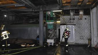 Als Brandursache steht eine technische Ursache durch Wärmestrahlung im Vordergrund.