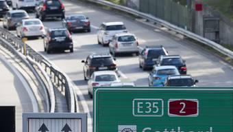 Der Verkehr staut sich vor dem Gotthardtunnel in Richtung Süden auf mehreren Kilometern.