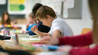 Mehr Deutsch und mehr Mathematik: Für Berner Schüler gilt bereits ab 1. August 2018 der Lehrplan 21. Auch die Aargauer Regierung will ihn einführen. (Symbolbild)