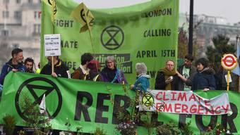 Aktivisten blockieren während der Klima-Proteste die Waterloo Bridge in London.