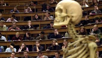Vom Numerus clausus betroffen sind an der Universität Basel neben der Human- auch die Zahnmedizin sowie die Pflegewissenschaften und die Sportwissenschaften. (Symbolbild)
