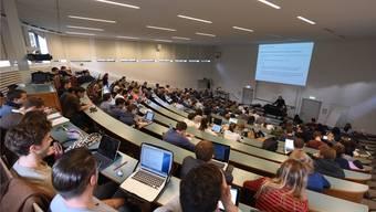 Fast 13000 Studierende zählt die Uni derzeit. Sie tragen auch durch ihren Konsum zur hohen Wertschöpfung der Uni bei.