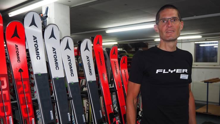 Bei Daniel Waldmeier, Inhaber und Geschäftsführer von Wernli Sport in Frick, stehen die Ski schon bereit.