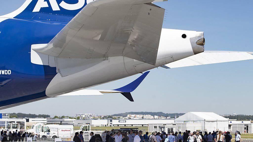 Die Fluggesellschaft Emirates hat am Sonntag die feste Bestellung von 20 Exemplaren des weltgrössten Passagierjets A380 unterzeichnet.(Archivbild)