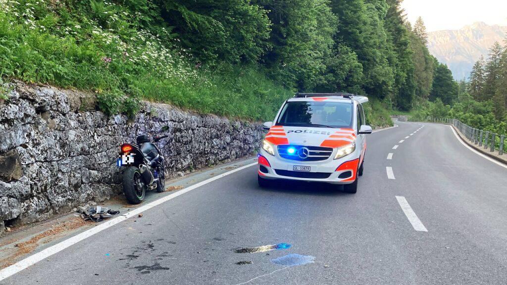 Der Töfffahrer zog sich beim Sturz am Klausenpass einen Arm- und Beinbruch zu.