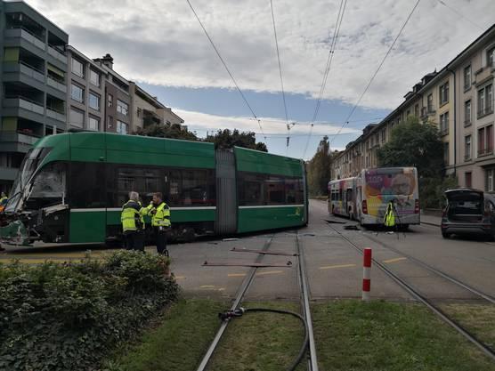 Nach der heftigen Kollision sprang das Tram aus den Schienen.
