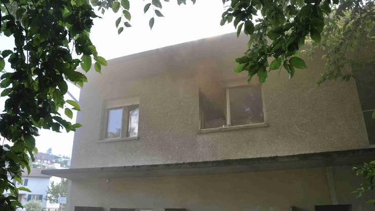 Rauch steigt aus einem Fenster der Asylunterkunft.