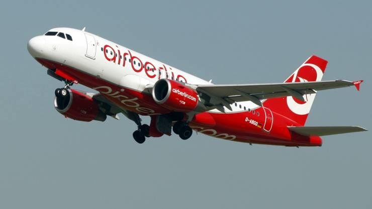Airberlin steckt seit Jahren in der Krise. Das bekommen nun die Passagiere zu spüren: Für die Cola oder das Sandwich an Bord müssen sie künftig extra bezahlen.