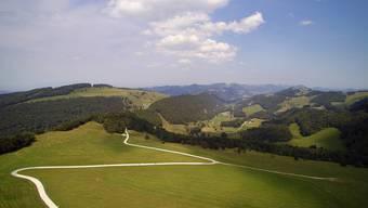 Blick auf den Matzendörfer Stierenberg mit Bergrestaurant in Richtung Scheltenpass und die geplanten Standorte des Windparkprojektes.