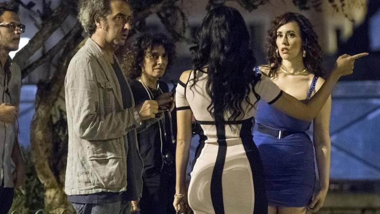 Paolo Sorrentino (links) diskutiert in den Strassen des nächtlichen Roms mit Schauspielerinnen: Der Regisseur dreht aktuell einen Film über Silvio Berlusconi.