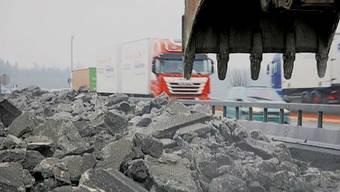 Vor drei Jahren geschah der Unfall auf der A1-Baustelle bei Rothrist, jetzt stand der Baggerführer vor Gericht. (Symbolbild)