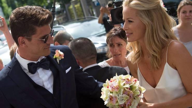 Fussballer Mario Gomez (l) und seine Braut Carina am Freitag nach der standesamtlichen Trauung in München. Die nachfolgende Feier wurde wegen des Münchner Amoklaufs um einen Tag verschoben.