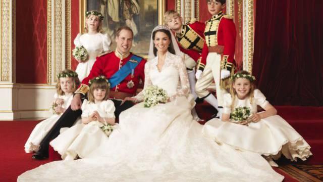 Wie im Märchen: Kate Middleton und Prinz William mit der erweiterten königlichen Familie. Foto: Keystone