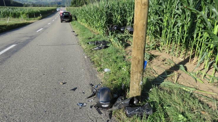 Der Suzuki-Fahrer kollidierte mit einem Holzmast.