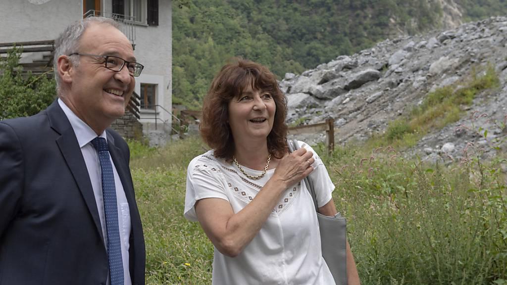 Anna Giacometti, noch Gemeindepraesidentin von Bregaglia, rechts im Bild mit Bundesrat Guy Parmelin, hat eine neue Aufgabe als Krisenmanagerin im Misox (Archivbild).