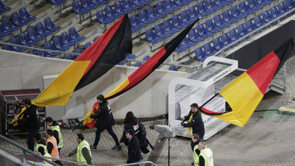 Fans mit deutschen Flaggen am Dienstagabend beim Verlassen des Fussballstadions in Hannover.