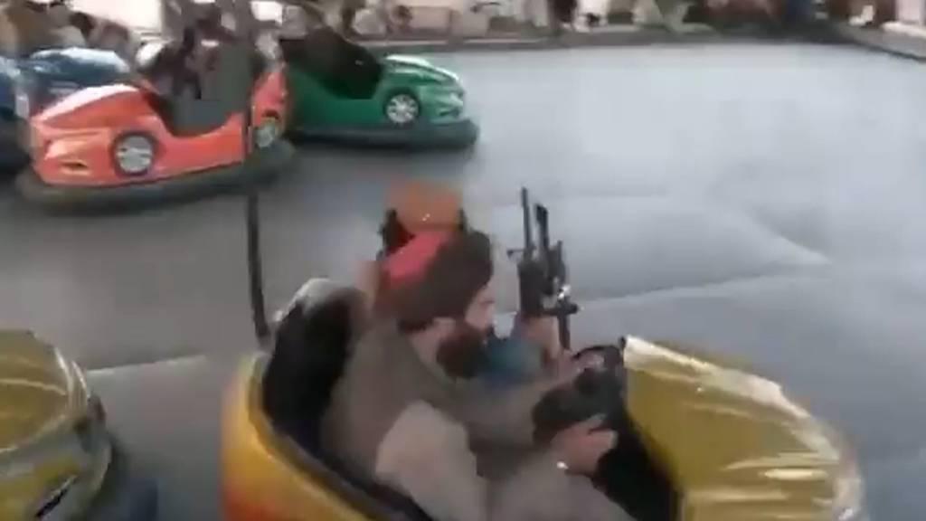 Bewaffnet im Vergnügungspark: Fahren hier Taliban-Soldaten Autoscooter und Karussell?