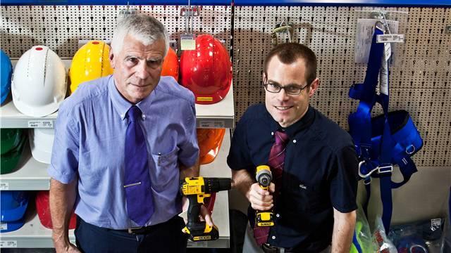 Hans (l.) und Marc Peterhans zwischen den Regalen im Handwerkercenter in Würenlos.
