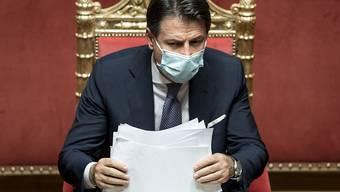 Italiens Ministerpräsident Giuseppe Conte hat ein neues Paket von Maßnahmen im Kampf gegen das Coronavirus unterzeichnet. Foto: Roberto Monaldo/LaPresse/AP/dpa