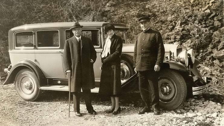 Sidney W. und Jenny Brown mit ihrem privaten Chauffeur und ihrem Wagen, vermutlich im französischen Gien, um 1935.