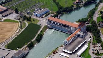 Ein Herzstück der Alpiq Versorgungs AG (Avag) ist das Umspannwerk (links oben) beim Wasserkraftwerk Gösgen, wo das überregionale Netz der Avag (110/50 kV) mit dem weiträumigen Transportnetz (400/220 kV) verbunden ist. Archiv-Flugaufnahme: Bruno Kissling