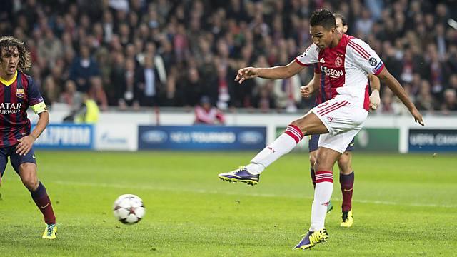 Danny Hoesen (r.) nimmt Mass zum 2:0 gegen Barcelona.